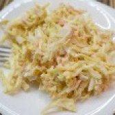 Як приготувати салат з яєчних млинців і крабового м'яса з маринованою цибулею - рецепт
