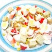 Як приготувати салат з крабових паличок з грінками - рецепт