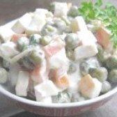 Як приготувати салат з кальмарами і горошком - рецепт