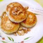 Як приготувати сирники з арахісом та родзинками - рецепт