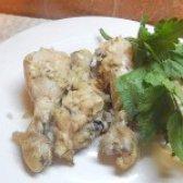 Як приготувати курячі гомілки в цибульний-сметанному маринаді - рецепт