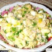 Рецепт салат з печінки тріски з яйцями і молодим цибулею з фото