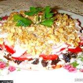 Рецепт салат ніжність з шинкою і чорносливом під помідорової шапкою з фото