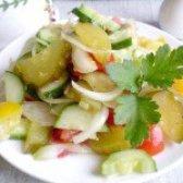 Як приготувати літній салат з малосольними огірками - рецепт
