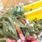 Як приготувати гострий салат з ламінарії з цибулею і часником - рецепт